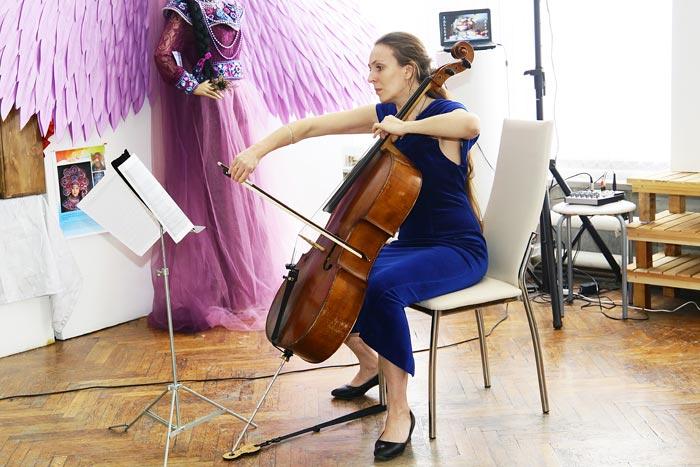 Камни-самоцветы, виолончель и расписные шкатулки